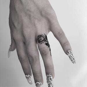 Flor rosa en el dedo por Kane Navasard