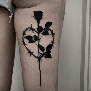Flor rosa negra con corazón de espinas por Hayden Thompson Tattoo