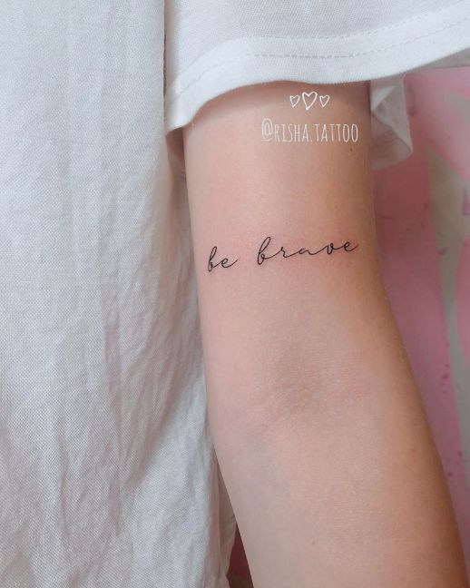 Frase: Be brave por Risha Tattoo