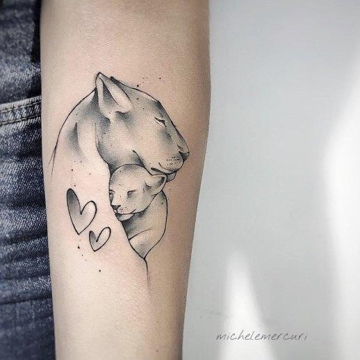 Leona con su cachorro por Michele Mercuri