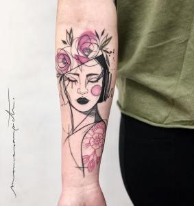 Mujer elegante con sombrero de flores por Mònica Sampietro