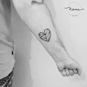Corazón geométrico por Nena Tattoo Diana Opazo