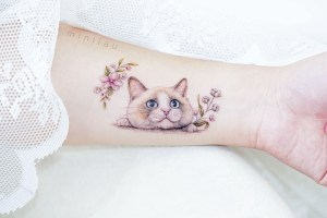 Gato y flores por Mini Tattoo