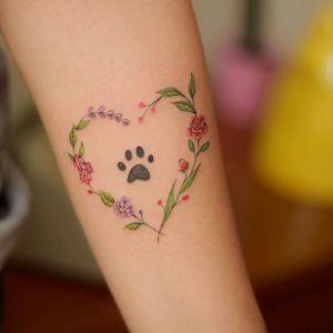 Huella de mascota en corazón de flores por Luciana Periard, Art Efeito