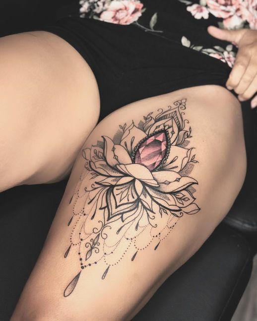 Flor de loto con diamante rosa por Valery Tattoo