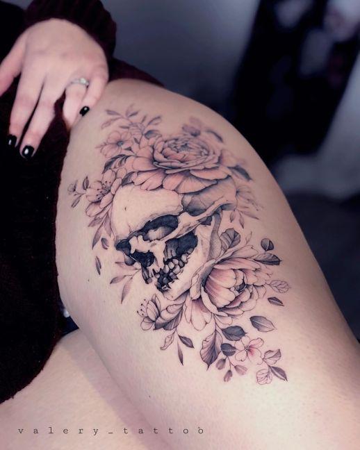 Calavera y flores por Valery Tattoo