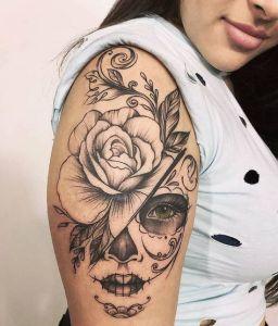 Catrina con una rosa grande en la cabeza