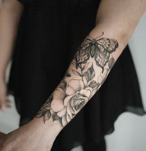 Flores rosas y mariposa por Valery Tattoo