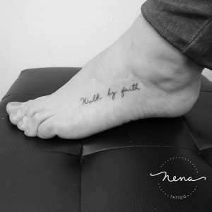 Frase: walk by faith por Nena Tattoo, Diana Opazo