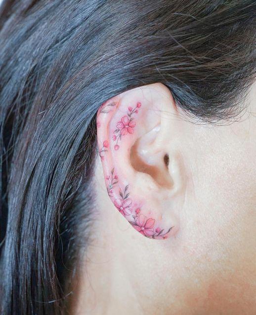 Florecillas pequeñas alrededor de la oreja por Mini Tattoo