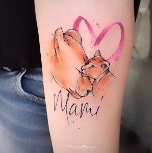 Leona con su cachorro y la frase: mami por Michele Mercuri