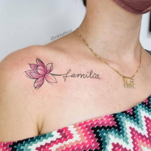 Frase: Familia y Flor de Loto por Nil Tattoo