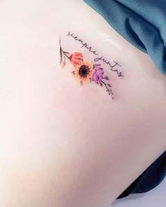 Frase: Siempre juntas con flores por Alynana Tattoos