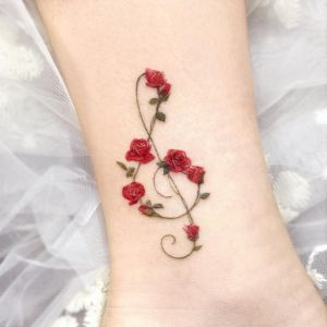 Clave de Sol con Flores Rosas por Studio by Sol, Song E. Tattoo