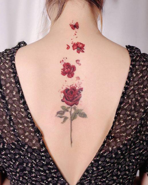 Flor rosa convirtiéndose en mariposa por Peria Tattoo