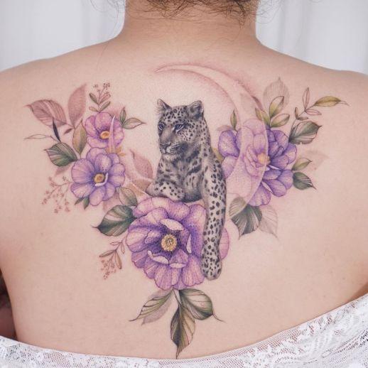 Jaguar asomado por la luna entre flores por Tattooist Silo