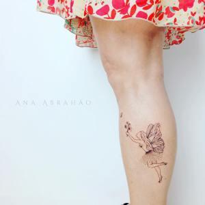 Hada persiguiendo a una mariposa por Ana Abrahão
