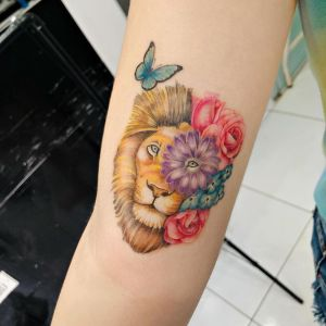 León entre flores y mariposa por Thony Tattoo