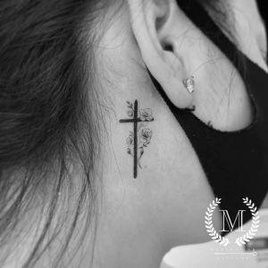 Cruz detrás de la oreja
