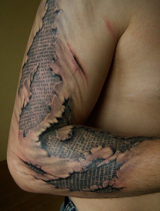 tatuaje escrituras brazo