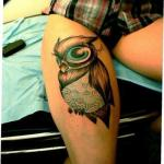 Tatuaje buho en pierna