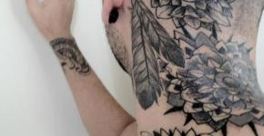 tatuaje flores y plumas