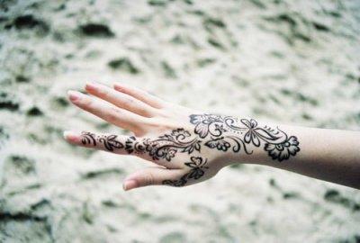 tatuaje hena mano