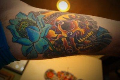 tatuaje a color de una calavera