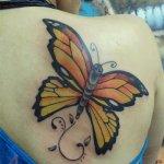 tatuaje mariposa en la espalda