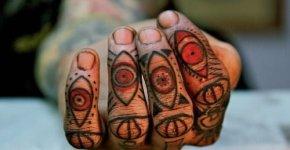 Mano tatuada