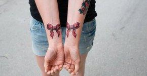 Tatuajes moños en las muñecas