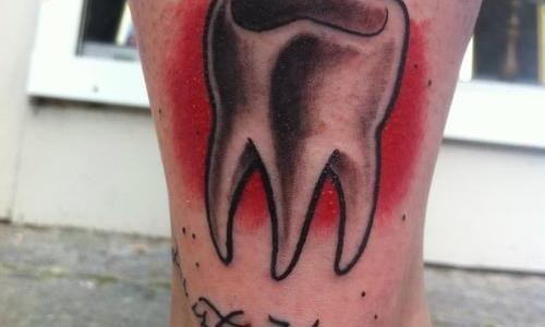 Diente tatuado