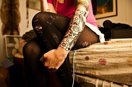 joven tatuada en el brazo