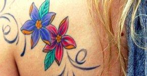 flores tatuadas en la espalda