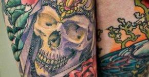 Tatuaje calavera en la pierna de mujer