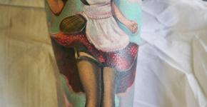 Mujer tatuada en el brazo