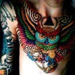Tatuaje de búho en el pecho