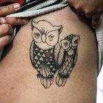 Pareja de búhos tatuada en abdomen