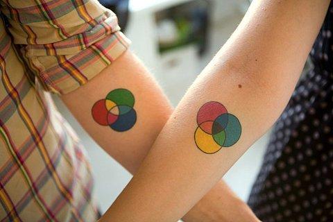 circulos de colores tatuados