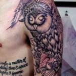 Tatuaje búho en hombro incompleto