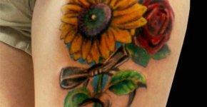 Tatuajes de flores en el muslo