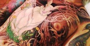 Conejo blanco tatuado en el pecho
