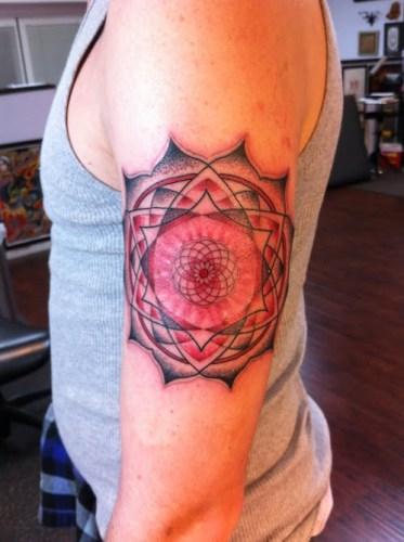 mandala tatuado en brazo