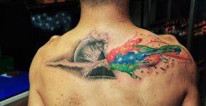 Prisma tatuado en espalda