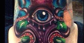 Tatuaje calamar y ojo en cuello