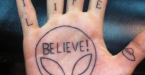 tatuaje Believe in aliens en la palma
