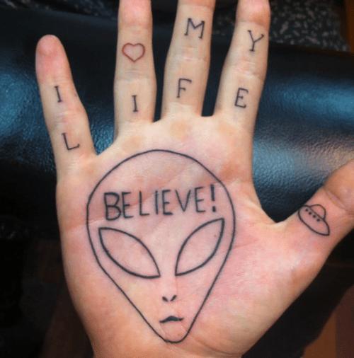 Tatuaje Sobre Aliens En La Mano Tatuajesxd