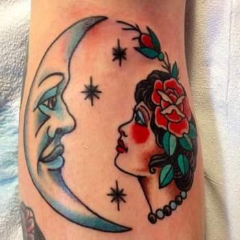 Luna y mujer tatuaje