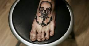 Tatuaje ancla en el pie