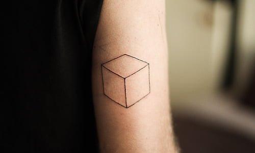 Tatuaje cubo en el brazo